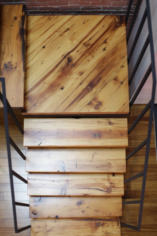 escalier en acier et bois recycl. Black Bedroom Furniture Sets. Home Design Ideas